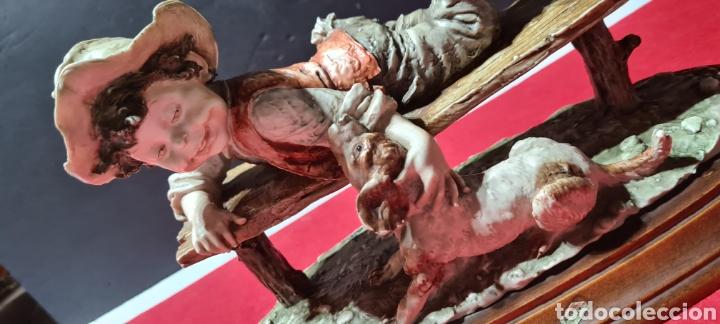 Antigüedades: Preciosa y emocionante figura Capodimonte de Giuseppe Armani de un niño con un perro. Guillivers - Foto 4 - 254885895