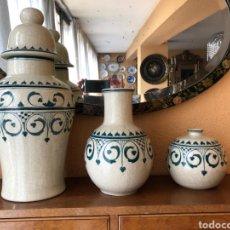 Antigüedades: BELLO CONJUNTO CON TIBOR, JARRON Y BOTE DE CERÁMICA DE MANISES. FIRMADO BANLLOCH.. Lote 254914725