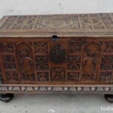Antigüedades: ARCON ANTIGUO TALLADO EN MADERA DE NOGAL, CON PERSONAJES Y ESCUDOS. Lote 254924375