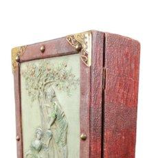 Antigüedades: JOYERO ART NOUVEAU CON LLAVE. MADERA, LATÓN, RELIEVES EN CELULOIDE CA 1900 JEWELLERY BOX. 30X20X12CM. Lote 254939340