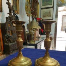 Antigüedades: CANDELERO DE BRONCE. 20 CMS. DE ALTURA X 11,5 DIÁMETRO BASE.. Lote 254950605