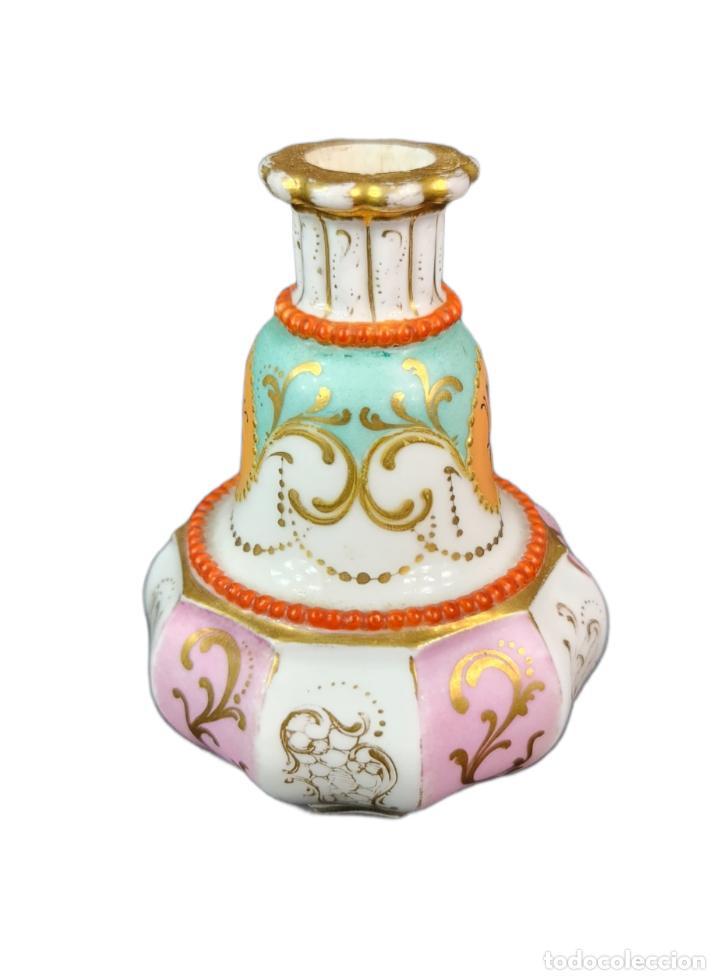 Antigüedades: Violetero en porcelana pintada a mano vitrificada con detalles al oro y mariposas. ca 1890. 11x8cms - Foto 3 - 254973435