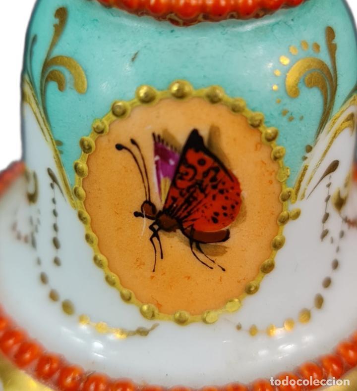 Antigüedades: Violetero en porcelana pintada a mano vitrificada con detalles al oro y mariposas. ca 1890. 11x8cms - Foto 6 - 254973435
