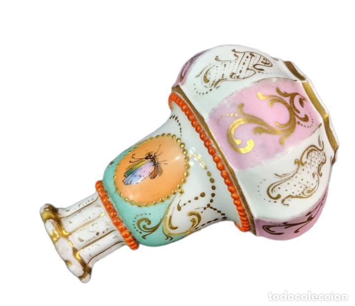 Antigüedades: Violetero en porcelana pintada a mano vitrificada con detalles al oro y mariposas. ca 1890. 11x8cms - Foto 8 - 254973435