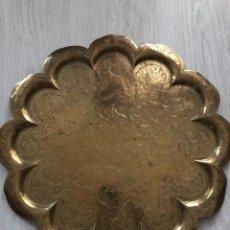 Antigüedades: PRECIOSA BANDEJA ANTIGUA DORADA CON BONITO GRABADO. Lote 255003225