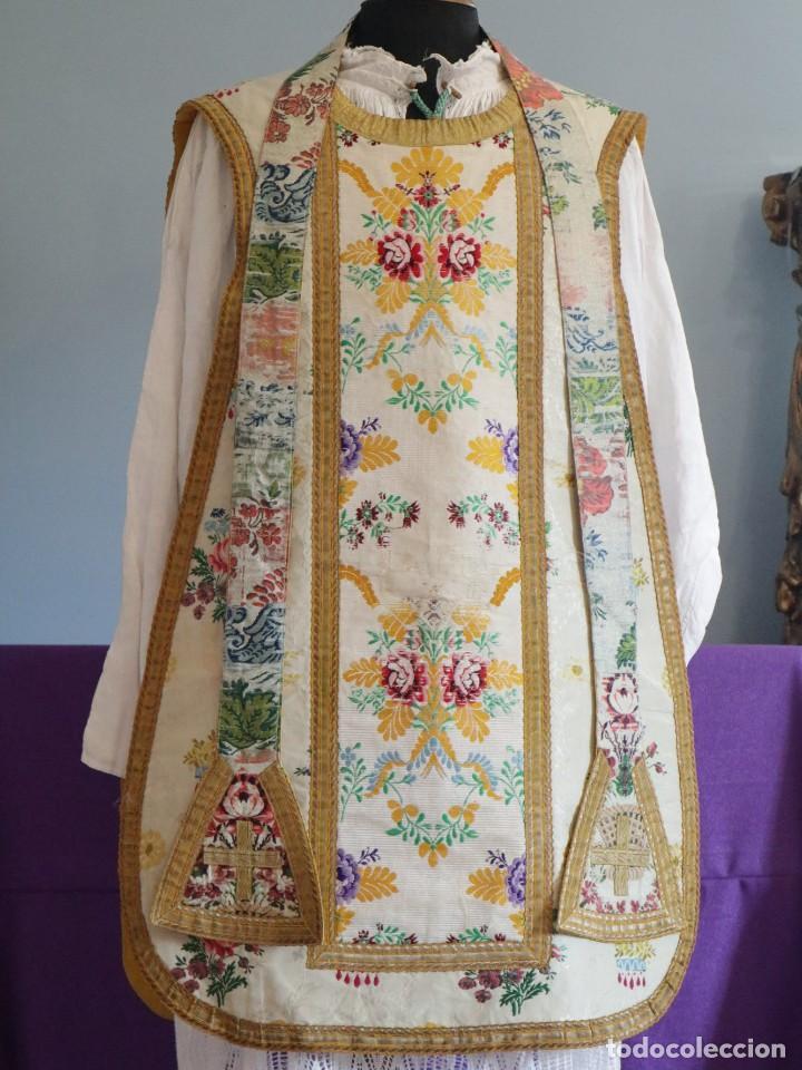 Antigüedades: Casulla del siglo XVIII confeccionada en espolines manuales combinados con bordado veneciano. - Foto 2 - 145856526