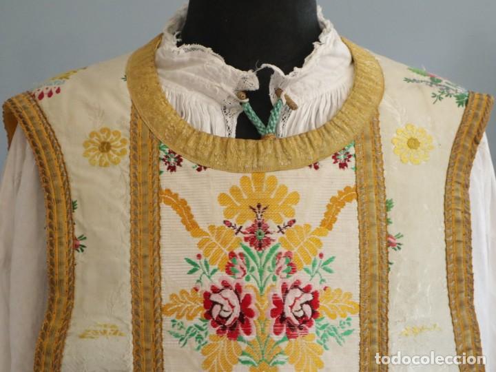 Antigüedades: Casulla del siglo XVIII confeccionada en espolines manuales combinados con bordado veneciano. - Foto 3 - 145856526