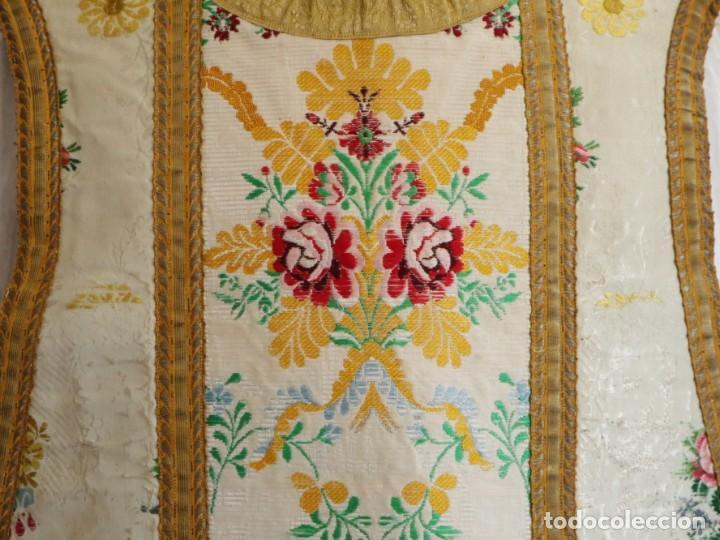 Antigüedades: Casulla del siglo XVIII confeccionada en espolines manuales combinados con bordado veneciano. - Foto 4 - 145856526