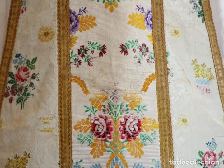 Antigüedades: Casulla del siglo XVIII confeccionada en espolines manuales combinados con bordado veneciano. - Foto 6 - 145856526