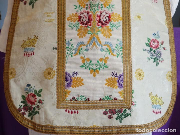 Antigüedades: Casulla del siglo XVIII confeccionada en espolines manuales combinados con bordado veneciano. - Foto 9 - 145856526