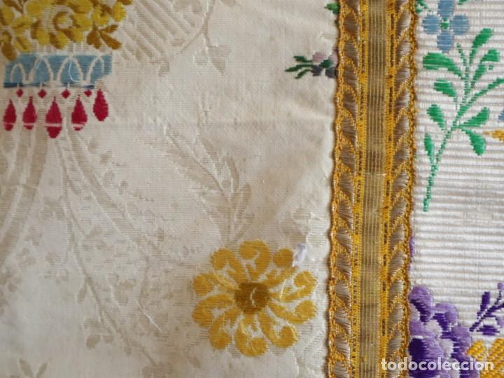 Antigüedades: Casulla del siglo XVIII confeccionada en espolines manuales combinados con bordado veneciano. - Foto 10 - 145856526