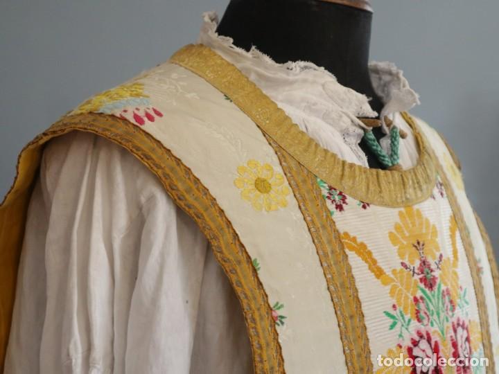 Antigüedades: Casulla del siglo XVIII confeccionada en espolines manuales combinados con bordado veneciano. - Foto 12 - 145856526