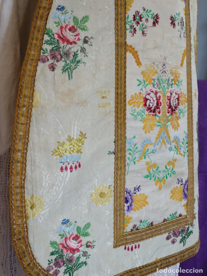 Antigüedades: Casulla del siglo XVIII confeccionada en espolines manuales combinados con bordado veneciano. - Foto 13 - 145856526