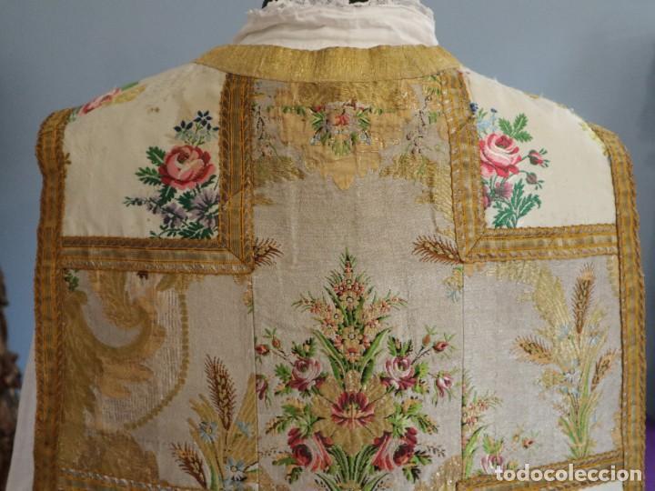 Antigüedades: Casulla del siglo XVIII confeccionada en espolines manuales combinados con bordado veneciano. - Foto 15 - 145856526