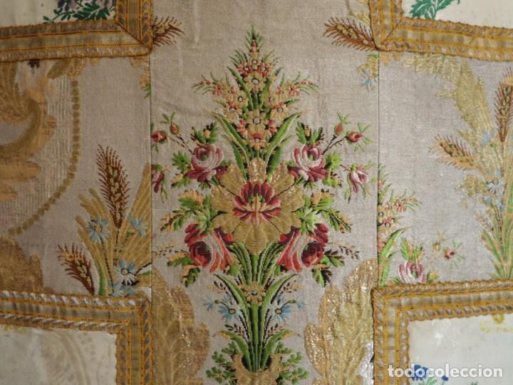 Antigüedades: Casulla del siglo XVIII confeccionada en espolines manuales combinados con bordado veneciano. - Foto 16 - 145856526
