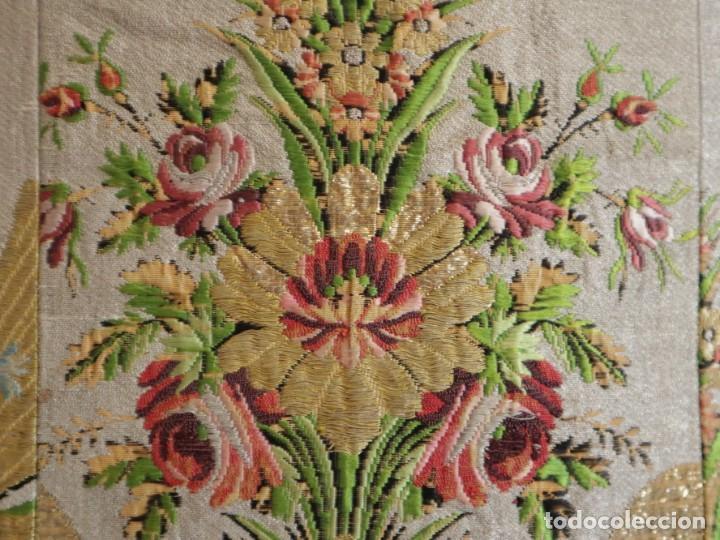 Antigüedades: Casulla del siglo XVIII confeccionada en espolines manuales combinados con bordado veneciano. - Foto 17 - 145856526