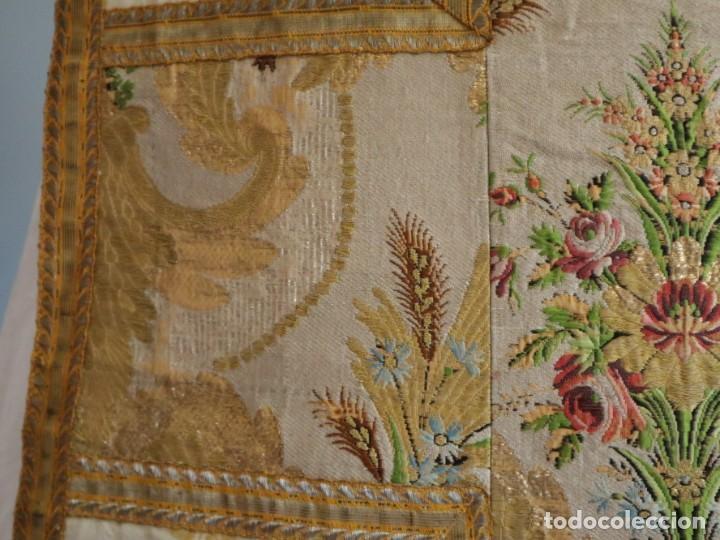 Antigüedades: Casulla del siglo XVIII confeccionada en espolines manuales combinados con bordado veneciano. - Foto 18 - 145856526