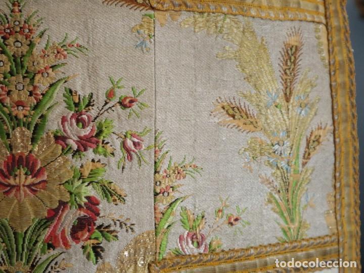 Antigüedades: Casulla del siglo XVIII confeccionada en espolines manuales combinados con bordado veneciano. - Foto 19 - 145856526