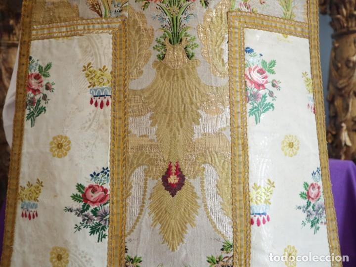 Antigüedades: Casulla del siglo XVIII confeccionada en espolines manuales combinados con bordado veneciano. - Foto 20 - 145856526