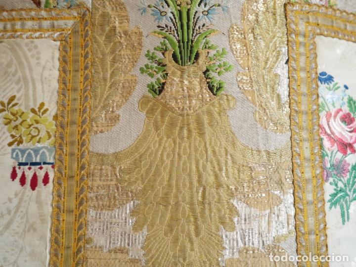 Antigüedades: Casulla del siglo XVIII confeccionada en espolines manuales combinados con bordado veneciano. - Foto 21 - 145856526