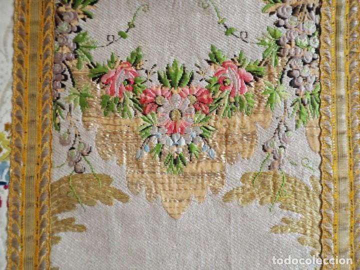 Antigüedades: Casulla del siglo XVIII confeccionada en espolines manuales combinados con bordado veneciano. - Foto 23 - 145856526