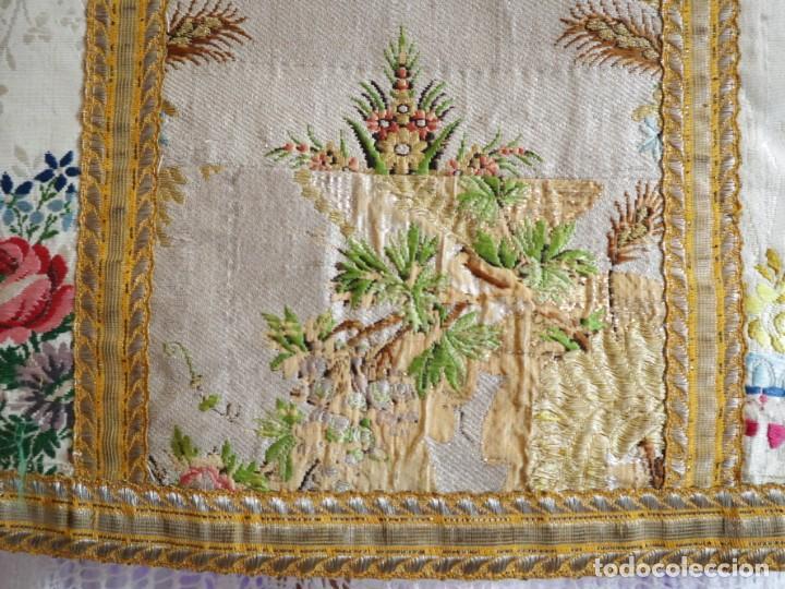 Antigüedades: Casulla del siglo XVIII confeccionada en espolines manuales combinados con bordado veneciano. - Foto 24 - 145856526