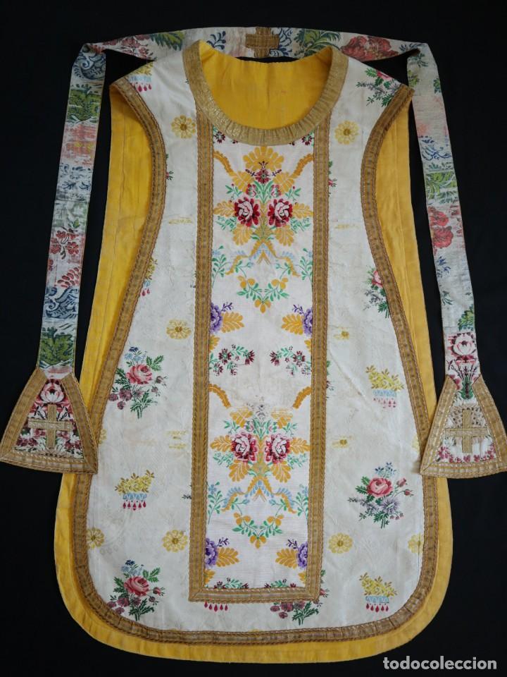 Antigüedades: Casulla del siglo XVIII confeccionada en espolines manuales combinados con bordado veneciano. - Foto 25 - 145856526