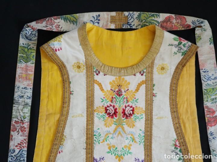 Antigüedades: Casulla del siglo XVIII confeccionada en espolines manuales combinados con bordado veneciano. - Foto 26 - 145856526