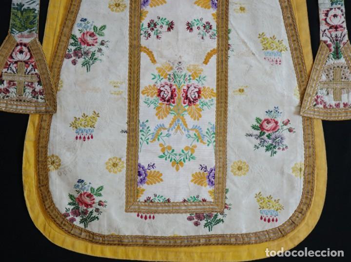 Antigüedades: Casulla del siglo XVIII confeccionada en espolines manuales combinados con bordado veneciano. - Foto 27 - 145856526