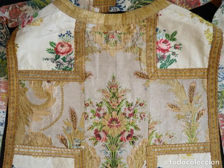 Antigüedades: Casulla del siglo XVIII confeccionada en espolines manuales combinados con bordado veneciano. - Foto 29 - 145856526