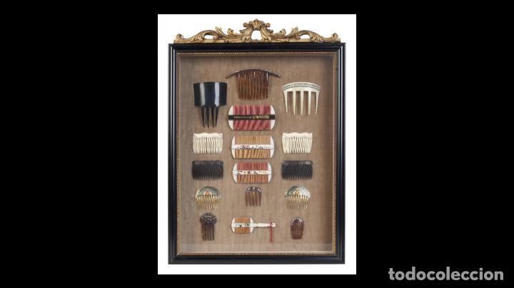 Antigüedades: Colección de dieciséis peinas chinas, alguna en símil carey, enmarcadas en vitrina, S. XX. - Foto 2 - 194325682