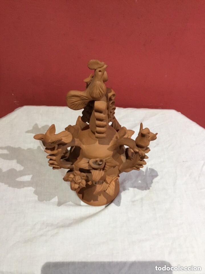 Antigüedades: Figura de gallo sobre pedestal con asas y flores en barro terracota - Foto 16 - 255378670