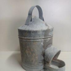 Antigüedades: ANTIGUO BEBEDERO PARA AVES, DE ZINC, TAMAÑO GRANDE.. Lote 255395765