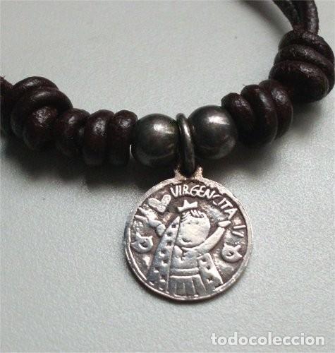 Antigüedades: Pulsera de cuero con medalla religiosa infantil de plata - Foto 3 - 255429990