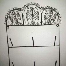 Antigüedades: ANTIGUO SOPORTE DE HIERRO FORJADO PARA COLGAR TRAPOS, TAZAS...41 CM. Lote 255433905