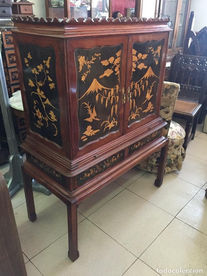 APARADOR MUEBLE BAR ESTILO CHINO - MADERA Y MARQUETERÍA, CON CRISTALES Y ESPEJOS - AÑOS 70 - VINTAGE (Antigüedades - Muebles Antiguos - Auxiliares Antiguos)