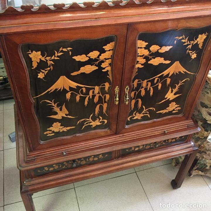 Antigüedades: Aparador mueble bar estilo chino - madera y marquetería, con cristales y espejos - Años 70 - Vintage - Foto 2 - 255441160