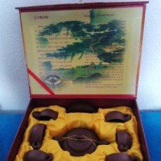 Antigüedades: JUEGO DE TÉ CHINO ORIGINAL CON CERTIFICADO. YIXING PURPLE SAND POTTERY. Lote 255525560