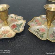 Antigüedades: LOTE 2 PORTAVELAS BRONCE CANDELABROS TREBOL PINTADOS A MANO ARTESANAL VINTAGE. Lote 255542075