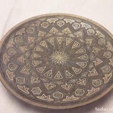 Antigüedades: BELLO PLATO DE ORO DAMASQUINADO DE TOLEDO. Lote 255545105