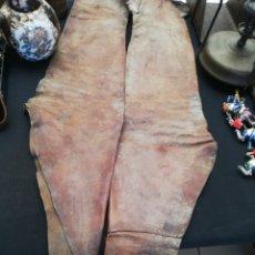 Antigüedades: PANTALONES PROTECTORES PIEL.. CUERO DE CABALLERÍA CREO MILITAR.. SIGLO XIX.. SOBRE 1880... Lote 255546060
