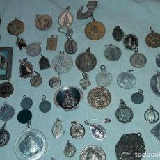 Antigüedades: MAGNIFICO GRAN LOTE DE 80 ANTIGUAS MEDALLAS RELIGIOSAS VARIAS DE PLATA. Lote 255546145