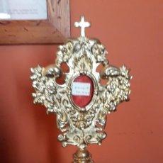 Antigüedades: RELICARIO BRONCE MUY ELABORADO POS. S.XIX CONTIENE SOBRE S. GIORGII M (U OTRA TECA). Lote 255548085
