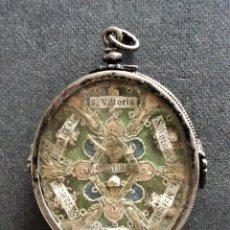 Antigüedades: RELICARIO PLATA SIGLO XVIII. RELIQUIAS DE 14 SANTOS.CRISTAL ROCA. TAMAÑO 6X5X1,3CM. DECORACION SEDA. Lote 255552240