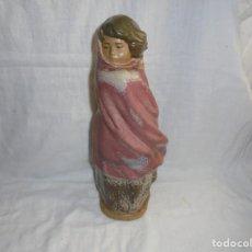 Antigüedades: FIGURA NAO ALDEANITA ABRIGANDOSE.JOSE PUCHE. Lote 255558290