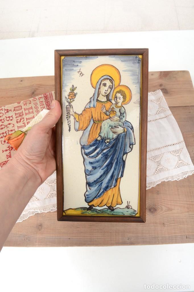 Antigüedades: Azulejo pintado Virgen con el niño La Paloma de Alcora, España - Foto 9 - 255570145