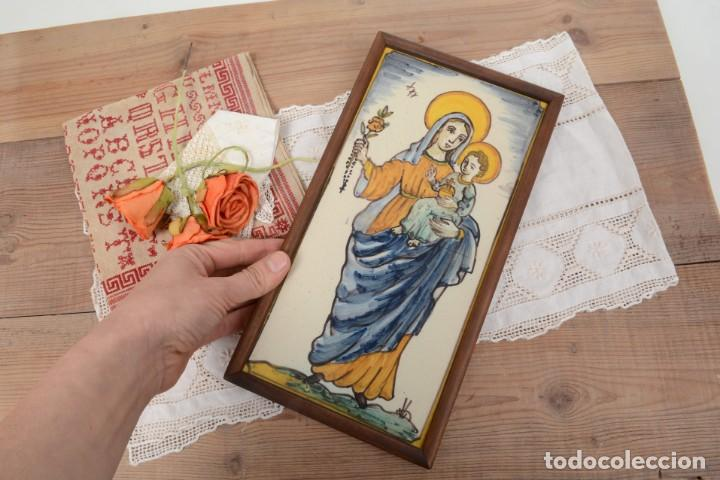 Antigüedades: Azulejo pintado Virgen con el niño La Paloma de Alcora, España - Foto 11 - 255570145
