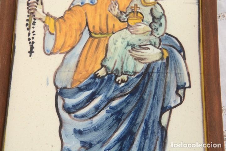 Antigüedades: Azulejo pintado Virgen con el niño La Paloma de Alcora, España - Foto 13 - 255570145