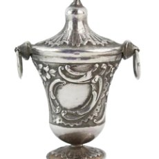 Antigüedades: PASTILLERO O COLGANTE DE CHATELAINE O RAPÉ EN PLATA. CA 1890 - ART NOUVEAU 7X5X2.5CMS. Lote 245144840