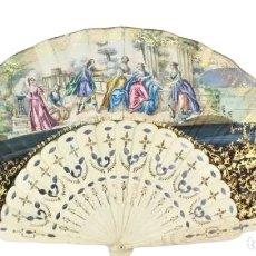 Antiquités: ABANICO 1850 DE HUESO, PIQUÉ DE PLATA, BOTÓN DE NÁCAR, PAÍS A GOUACHES E ILUMINADO AL ORO FINO. Lote 208347897